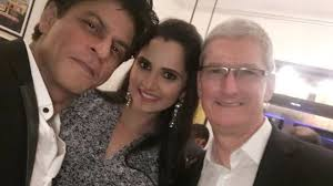 apple ceo tim cook enjoing a grand party at shahrukh khan house