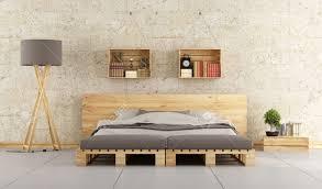 modernes schlafzimmer mit bett palette auf mauer lizenzfreie fotos