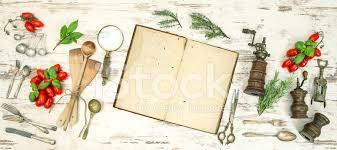 vieux livre de cuisine ustensiles de cuisine vintage avec le vieux livre de cuisine des