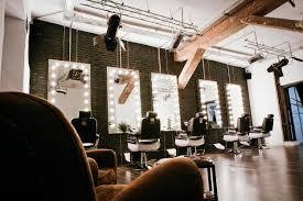 un espacio de peluquería avanzada a medio camino entre un loft
