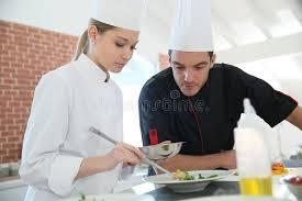 cours cuisine chef stagiaire de femme dans le cours de cuisine avec le chef image stock