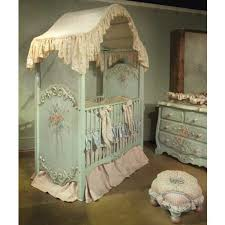 chambre bébé baroque le ciel de lit bébé protège le bébé en décorant sa chambre ciel de