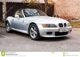 bmw van de zilveren grijze auto van bmw z3 met convertibel dak