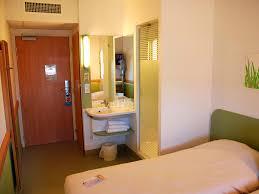 h el dans la chambre hôtel ibis budget 60 rue de matel 42300 roanne