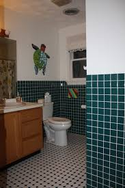 need help to decorate this hunter green bathroom