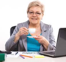 affaire bureau thé ou café potable plus âgé de femme d affaires au bureau dans le
