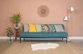 repeindre canapé peinture des couleurs chaudes pour repeindre ses murs canapés