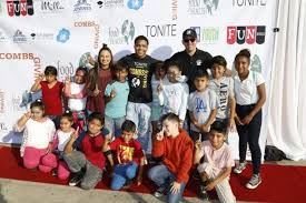 thanksgiving volunteer los angeles celebs volunteer for the 1st combsgiving day