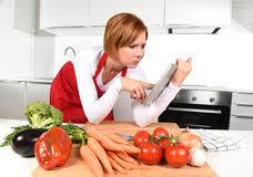 femme nue cuisine femme dans la recette suivante de cuisine sur la tablette de