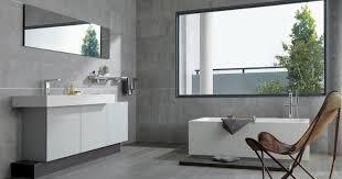 chaise salle de bain salle de bain design gris grise carrealge mural taupe baingoire