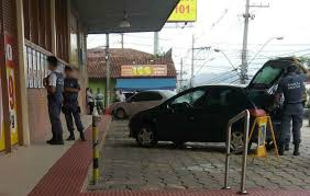 Soldado da PM é preso em flagrante vendendo armas em frente a ...