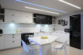 chaises cuisines cuisines cuisine moderne idée originale noir blanc table chaises