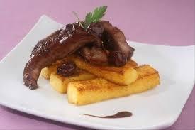 cuisiner aiguillettes de canard recette de aiguillettes de canard poêlée de cerises et polenta