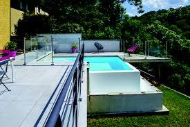 piscine en verre piscine à débordement vert et bleu piscine