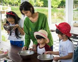 cours de cuisine en famille la famille avec de petits enfants font cuire dans un cours de