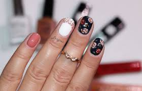 elegant nails beautify themselves with sweet nails