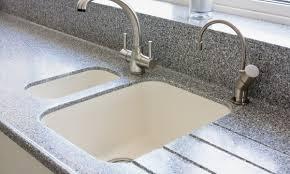 l evier de cuisine conseils pour nettoyer l évier et les murs de votre cuisine trucs