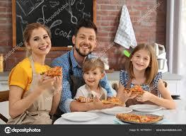 cours de cuisine en famille famille de manger des pizzas délicieuses ensemble dans la cuisine