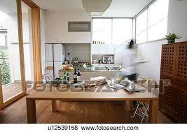 cuisine mouvement images a femme marche dans cuisine mouvement brouillé
