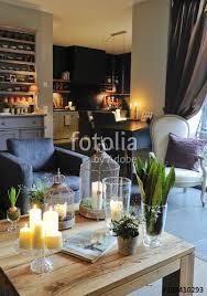 cuisine gris et bleu salon cosy avec fauteuil bleu gris et table en bois et cuisine
