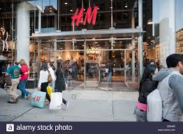 h m black friday shoppers in front of an h u0026m department store on fifth avenue on
