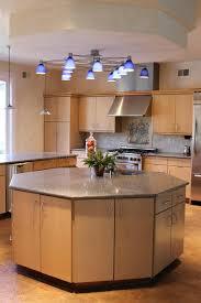 les cuisines en aluminium cuisine moderne avec les appareils en aluminium balayés photo stock