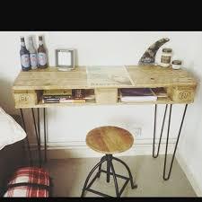 le de bureau sur pied diy bureau vintage très réussi une palette 4 pieds en épingle
