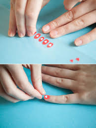 20 life changing hacks for doing your nails sandwich bags
