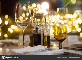 sur la table wine glasses arrière plan flou du verre à vin mis en place sur la table à dîner