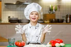 cuisine et spectacle drôle de chef heureux garçon de cuisine au restaurant cuisine et