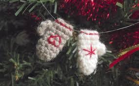 tiny mittens ornaments free crochet pattern petits pixels