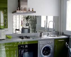 decoration des petites cuisines un miroir qui agrandit les petites cuisines decor in idées