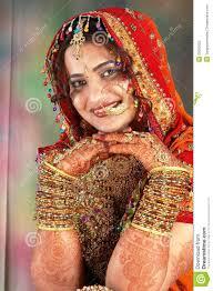 robe de mariã e indienne mariée indienne dans sa robe de mariage affichant des bracelets