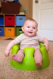 siège bébé bumbo bébé employant le siège s exerçant de bumbo pour se reposer image