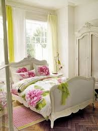 casual chic bedroom design and decoration using lime green