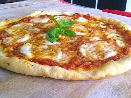 cuisiner une pizza la pizza margherita recette réalisable à la maison recette de