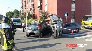 si e auto monza incidente in via borsa a monza auto ribaltata