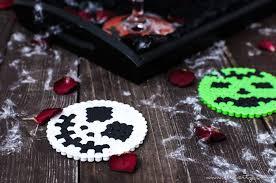 halloween deko selber machen bügelperlen glasuntersetzer