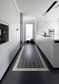 tapis cuisine design dans une cuisine design des carreaux de ciment posés au sol comme