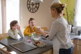 cuisine en famille séance photo famille à domicile façon reportage atelier cuisine