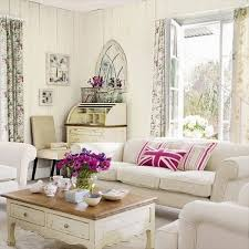 weisse wohnzimmer wohnzimmer landhausstil weisse moebel rosa akzente kissen blumen