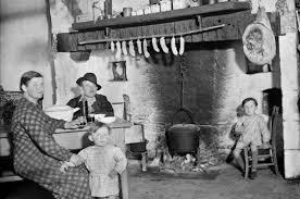 cuisine paysanne une famille de paysans prend la pose dans la cuisine on remarque