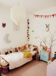 guirlande lumineuse d馗o chambre chambre d enfant au style vintage avec lit en rotin et guirlande
