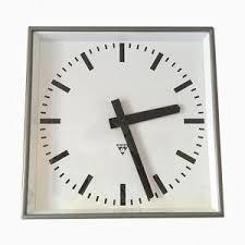 Grande Horloge Murale Carrée En Bois Vintage Achat Horloges Mid Century En Ligne Achetez Horloges Mid Century Sur Pamono
