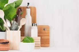plante de cuisine décor moderne de cuisine ustensiles en bois beiges planches à
