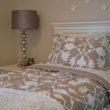 gemütliche innenarchitektur schlafzimmer braun weiß streichen