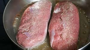 cuisiner un filet de canard magret de canard sauté la bonne cuisson du magret recette par