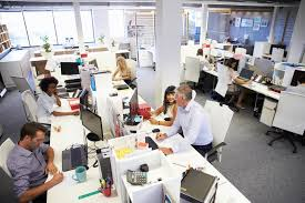 dans un bureau les gens travaillant dans un bureau occupé image stock image du