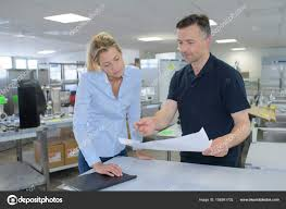 bureau logistique discuter de personnel logistique d entrepôt dans un bureau sur place