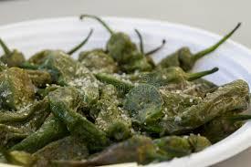 cuisiner les poivrons verts petits poivrons verts grillés avec chunky salt pour les tapas